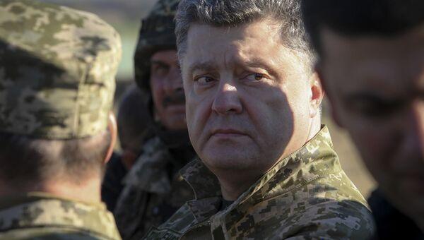 Президент Украины Петр Порошенко во время осмотра фортификационных сооружений в районе города Курахово