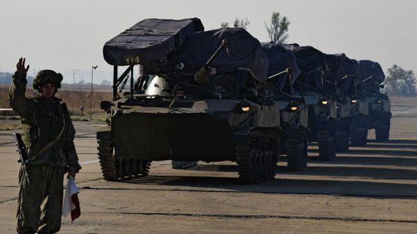 Военнослужащие и военная техника Уссурийского соединения Воздушно-десантных войск на аэродроме во время тактических учений в Приморье