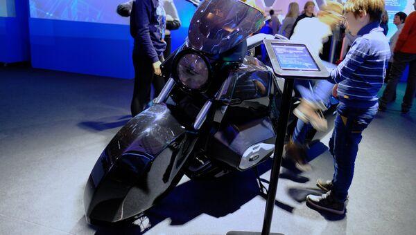 Концепт тяжелого мотоцикла Иж на выставке Россия, устремленная в будущее в Центральном Манеже в Москве