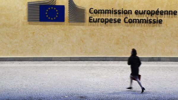 Прохожая у здания Европейской комиссии в Брюсселе
