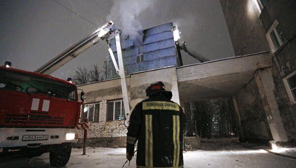 Сотрудник противопожарной службы у жилого дома в Мурманске, где произошел взрыв бытового газа. 24 ноября 2017