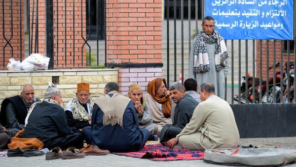 Родственники жертв теракта в мечети эр-Роуда возле госпиталя Университета Суэцкого канала& 25 yjz,hz 2017