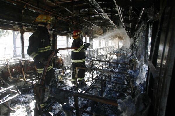 В Аргентине пассажиры разгромили железнодорожную станцию и подожгли поезд