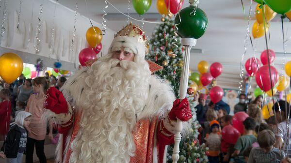Дед Мороз из Великого Устюга во время посещения детской больницы №1 в Томске