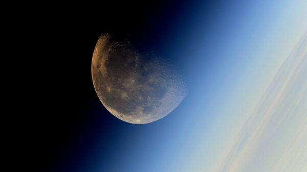 Фотография Луны сделанная космонавтом Роскосмоса Сергеем Рязанским с борта МКС