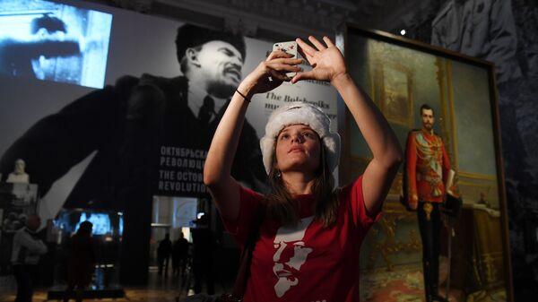 Туристка из Бразилии Жоанна Навега на выставке Зимний Дворец и Эрмитаж в 1917 году. История создавалась здесь в Государственном Эрмитаже в Санкт-Петербурге
