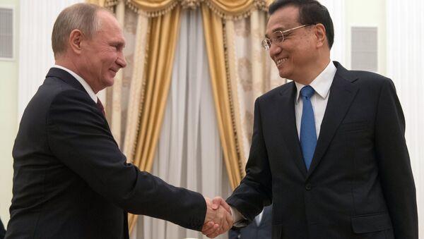 Президент РФ Владимир Путин и премьер Государственного совета Китайской Народной Республики Ли Кэцян. Архивное фото