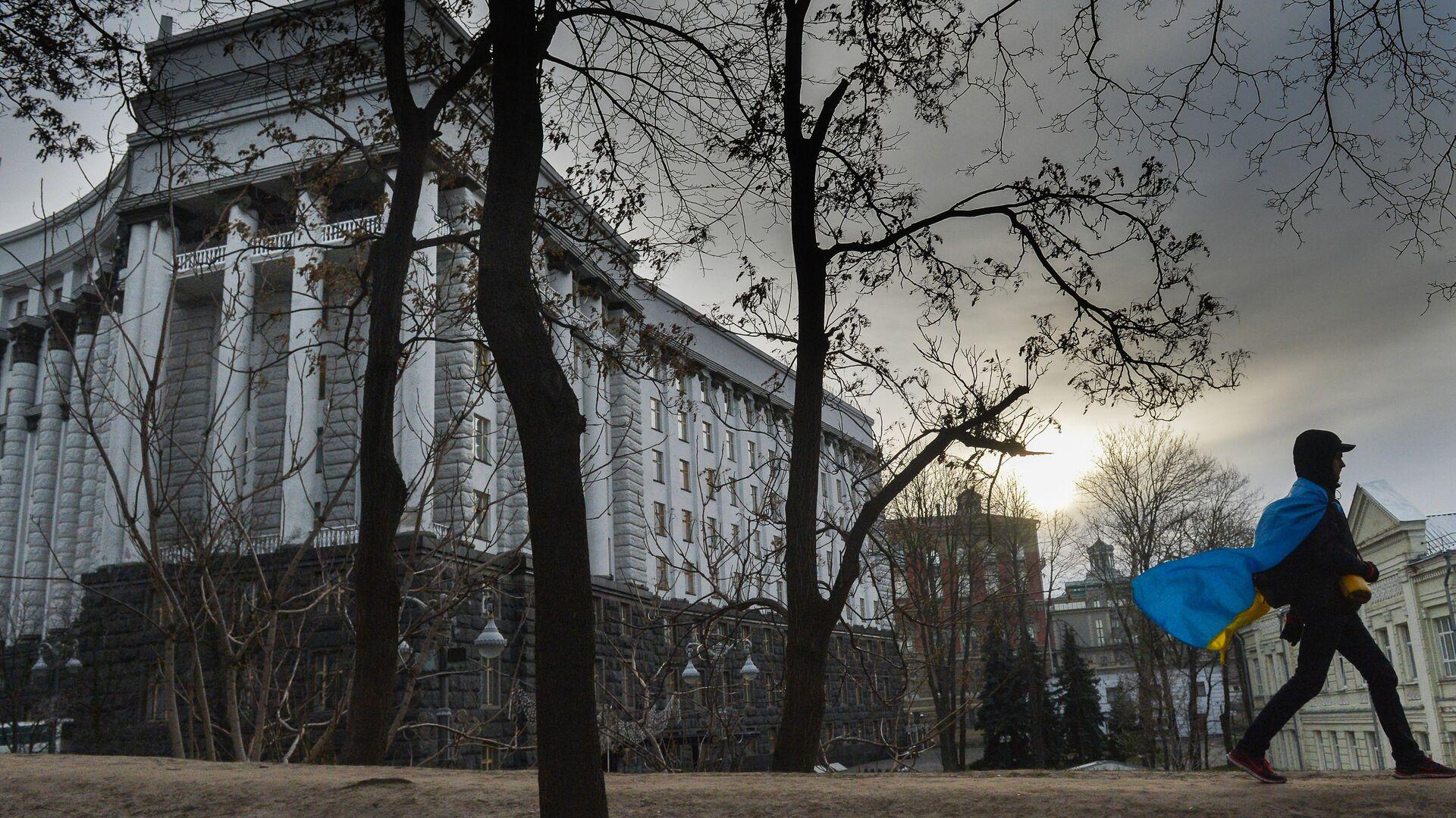 Мужчина с флагом Украины у здания правительства в Киеве, Украина - РИА Новости, 1920, 08.03.2021