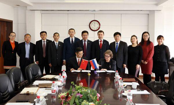 Церемония подписания Договора о создании Китайско-Российского Исследовательского центра Александра Зиновьева в Даляньском Морском университете и вручение диплома.