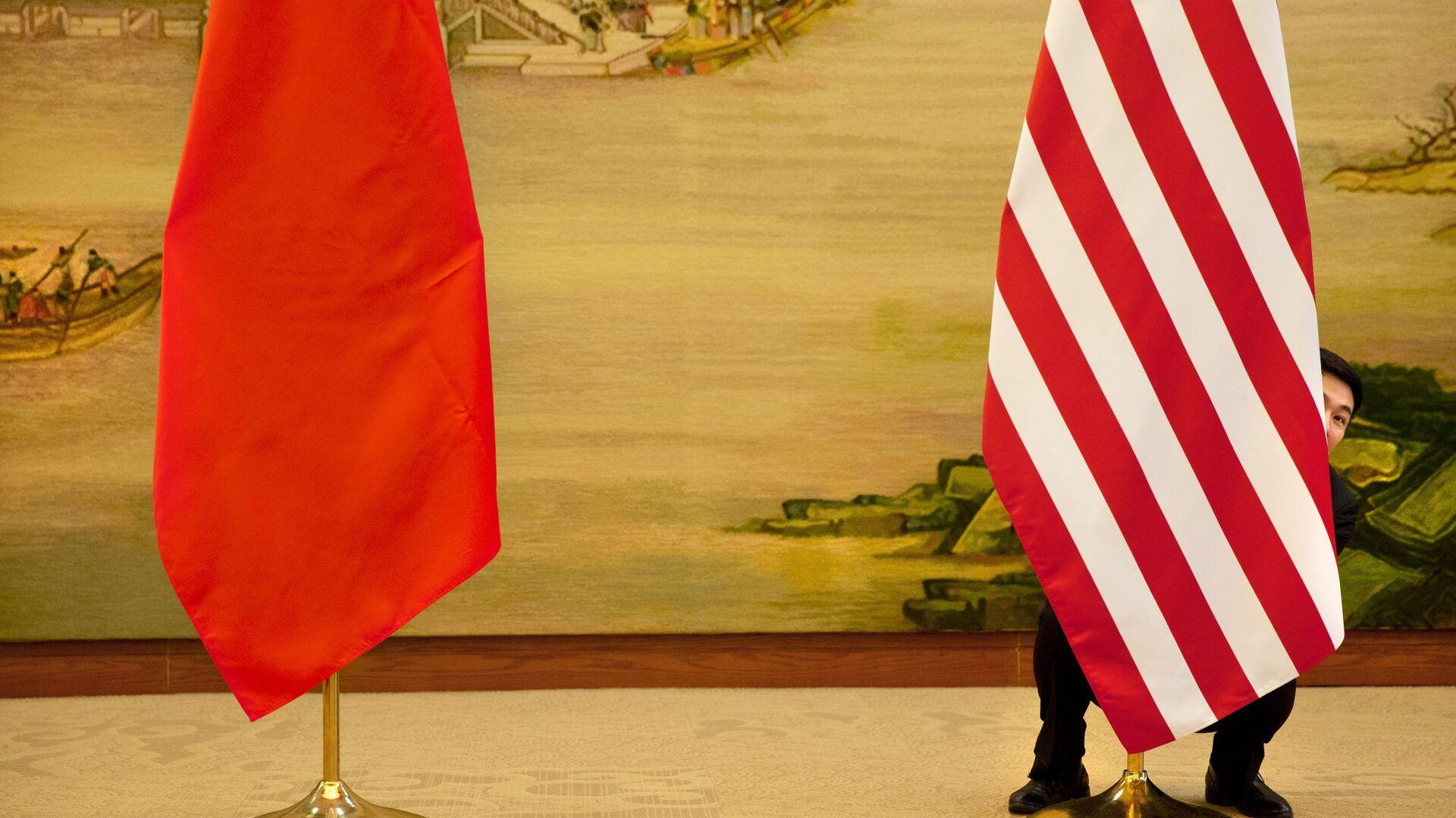 Флаги Китая и США перед встречей глав дипломатических ведомств в Пекине, КНР - РИА Новости, 1920, 11.02.2021