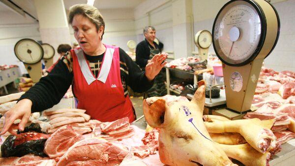 Торговля мясом на рынке