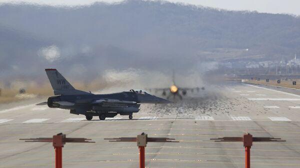 Истребители ВВС США F-16 на авиабазе Осана во время совместных учений с Южной Кореей. 4 декабря 2017. Архивное фото
