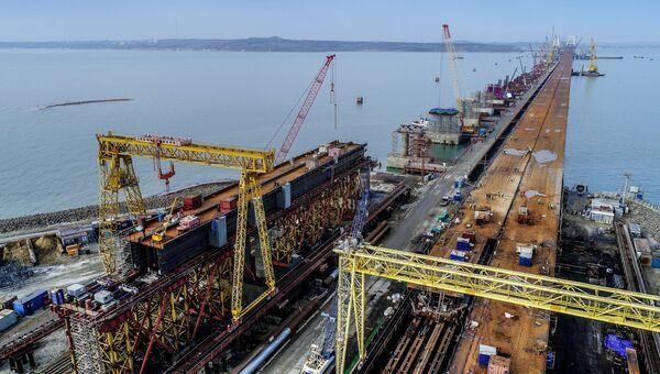 Строящийся Крымский мост в Керченском проливе. 3 декабря 2017