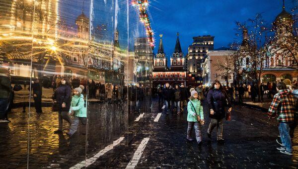 Посетители на украшенной в преддверии Нового года Красной площади. 3 декабря 2017