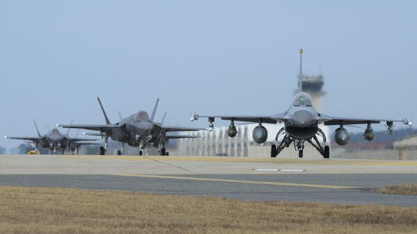 Истребители ВВС США на авиабазе Кунсан во время совместных учений с Южной Кореей. 3 декабря 2017