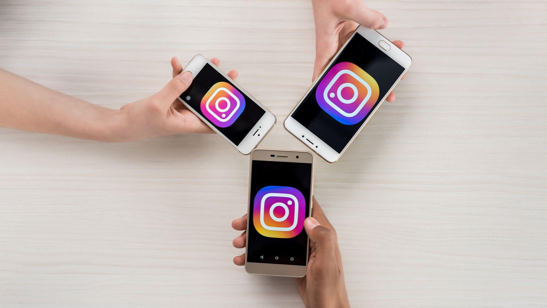 Телефоны с логотипами приложения Instagram - РИА Новости, 1920, 14.12.2020