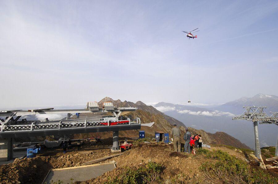 Строительство 4-й очереди канатной дороги в горнолыжном комплексе Роза Хутор.  Вертолет доставляет груз на строительную площадку на высоту свыше 2000 м над уровнем моря. 2009 год
