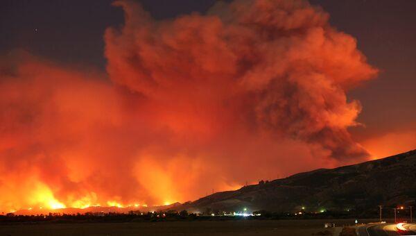 Дым от пожара Томас в ночном небе близ Сан-Паулу, Калифорния, США. 4 декабря 2017
