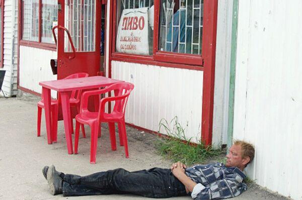 Любитель пива прилег отдохнуть около пивного заведения