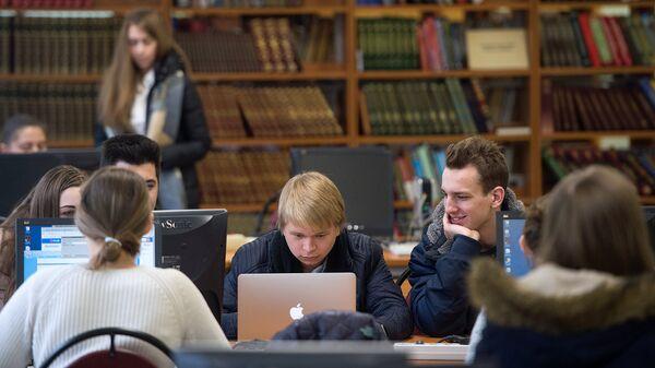 Студенты в библиотеке. Архивное фото