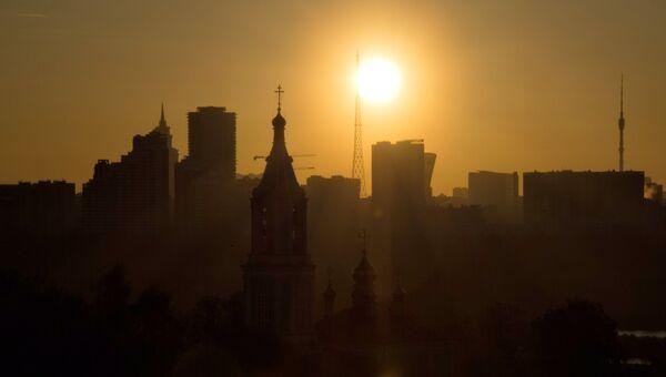 Рассвет в Москве. архивное фото