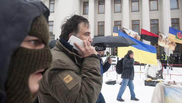 Михаил Саакашвили со своими сторонниками у здания Верховной Рады в Киеве. 6 декабря 2017
