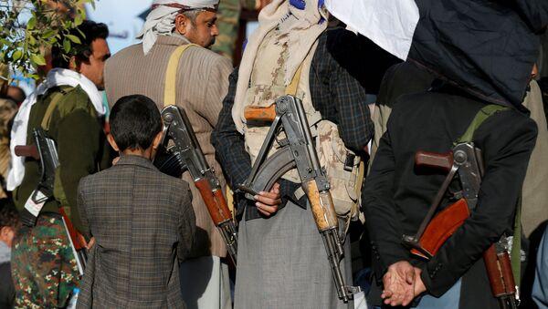 Повстанцы-хуситы на улице Саны отмечают убийство президента Йемена Али Абдалла Салеха. 5 декабря 2017