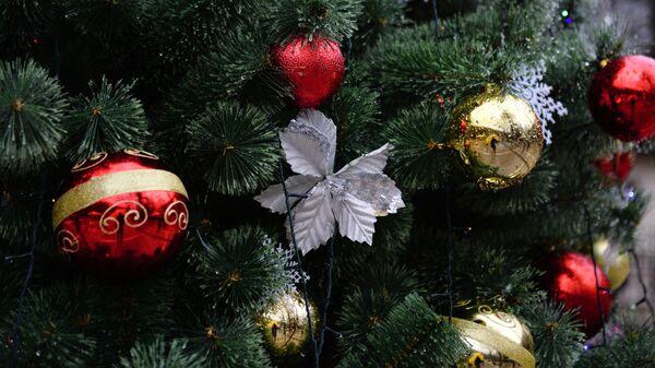 Новогодние игрушки на елке. Архивное фото