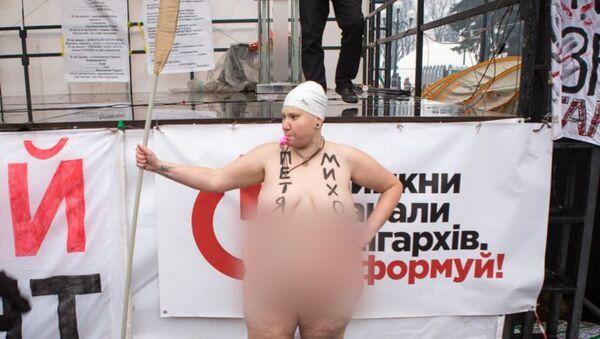 Активистка Femen во время акции у здания Верховной рады Украины в Киеве. 7 декабря 2017