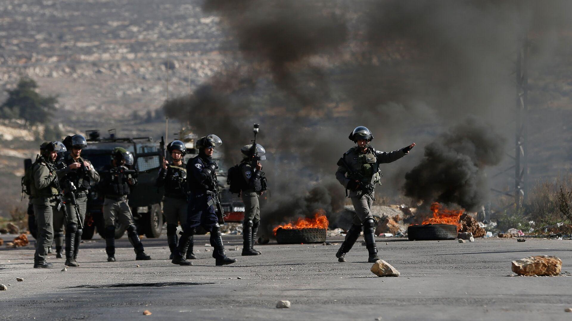 Израильские военные во время столкновений с палестинскими протестующими в районе городе Рамалла на Западном берегу. 7 декабря 2017 - РИА Новости, 1920, 11.05.2021