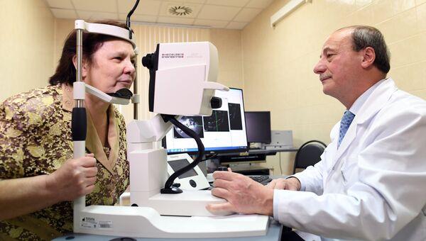 Пациент Научно-клинического центра отоларингологии Антонина Захарченко и врач-офтальмолог профессор Христо Тхачиди после операции по установке ретинального импланта. 7 декабря 2017
