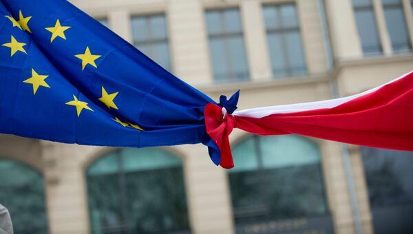 Связанные флаги Евросоюза и Польши. Архивное фото