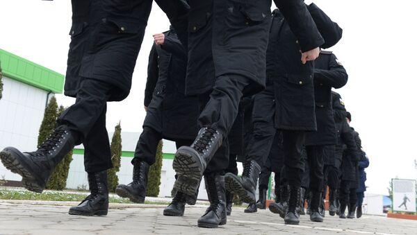 Новобранцы на плацу во время обучения строевой подготовке у военного комиссариата города Грозного перед отправкой на военную службу