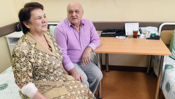Пациент Научно-клинического центра отоларингологии Антонина с мужем Юрием после операции по установке ретинального импланта (протез сетчатки)