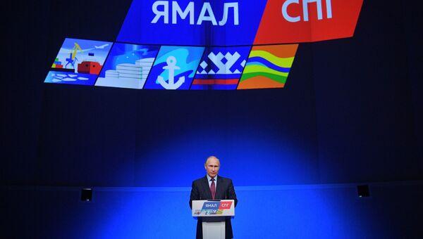 Владимир Путин на церемонии загрузки первого танкера-газовоза Кристоф де Маржери на заводе по сжижению природного газа Ямал СПГ. 8 декабря 2017