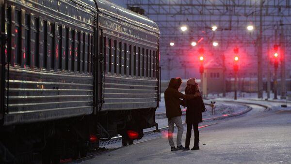 Молодые люди у пассажирского поезда на станции Новосибирск-Главный Западно-Сибирской железной дороги