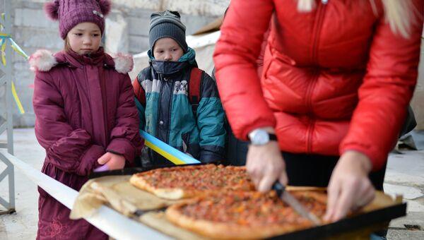 Раздача еды в Киеве. Архивное фото