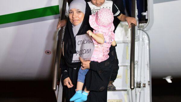 Во время встречи российских детей и женщин, возвращенных из Ирака, в аэропорту Грозного