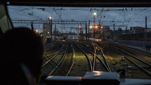 Машинист в кабине первого пассажирского поезда в объезд Украины