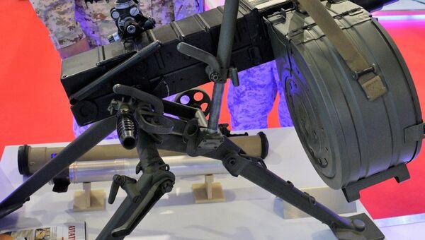 Посетители осматривают российский 30-мм автоматический гранатометный комплекс АГС-30 на международной выставке вооружения и военной техники Gulf Defence & Aerospace-2017 в Эль-Кувейте
