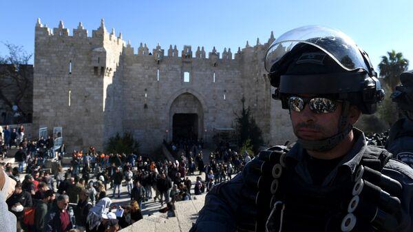 Сотрудник правоохранительных органов в ходе столкновений с участниками протестов в Иерусалиме
