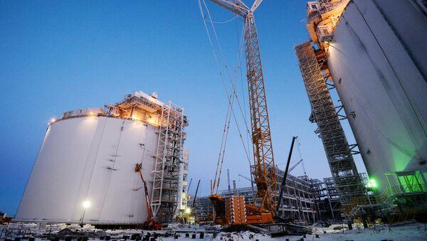 Резервуары на строящемся заводе по производству сжиженного газа Ямал СПГ