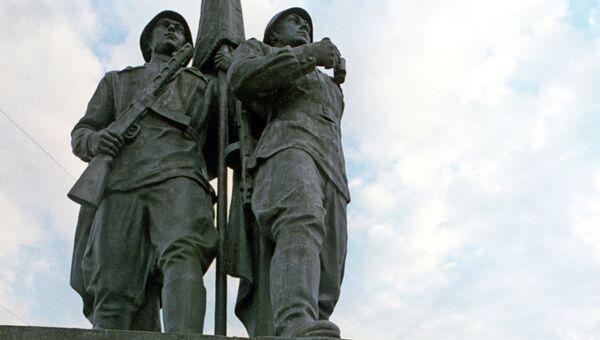 Памятник советским солдатам на Зеленом мосту в городе Вильнюсе, Литва. Архивное фото