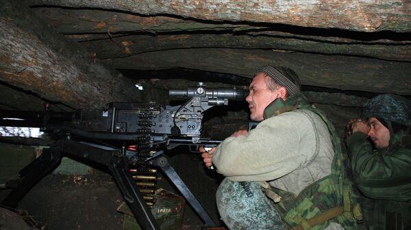 Боец ополчения ДНР на позиции у линии соприкосновения с украинскими силовиками в районе поселка Широкино