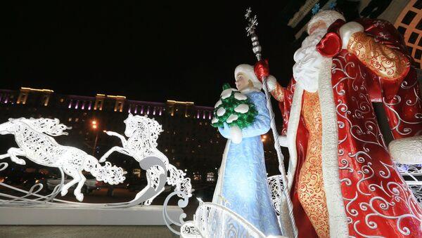 Дед мороз и снегурочка у Триумфальной арки в Москве. Архивное фото