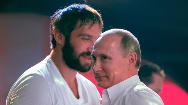 Президент России Владимир Путин и российский хоккеист Александр Овечкин. Архивное фото