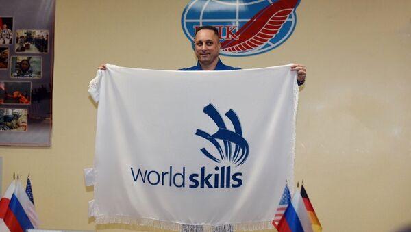 Космонавт Роскосмоса Антон Шкаплеров с флагом WorldSkills перед отправкой на МКС