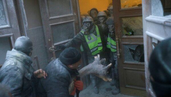 Сторонники Михаила Саакашвили у здания Октябрьского дворца в Киеве, Украина.  17 декабря 2017