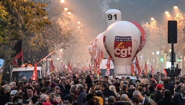 Участники демонстрации против политики президента Франции Эммануэля Макрона в Париже