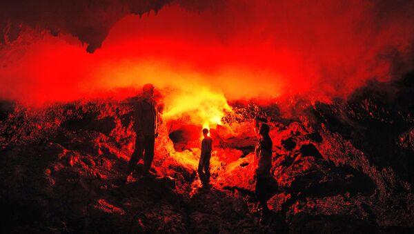 Огненная лава вулкана Плоский Толбачик разлилась на десятки километров
